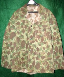 This World War II-era USMC combat uniform top was made between 1942 and 1944. Note the reversible camo pattern can be seen inside the collar (source: GIJive).